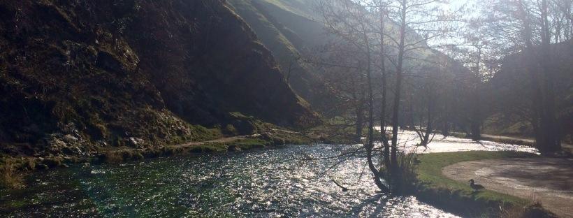 Río que recorre el parque