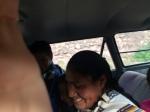 Augusta y los niños bajando a la escuela en los taxis dónde parece que siempre entra uno más