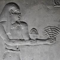Esfinge egipcia con simbología en las manos